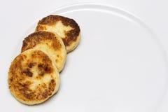 Υπόλοιπος κόσμος των τηγανιτών τυριών στο άσπρο πιάτο διάστημα αντιγράφων στοκ φωτογραφία