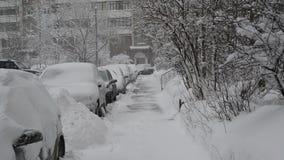 Υπόλοιπος κόσμος των χιονισμένων αυτοκινήτων κατά μήκος του πεζοδρομίου κοντά στο σπίτι Μόσχα Ρωσία απόθεμα βίντεο