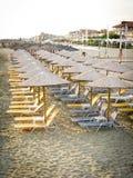 Υπόλοιπος κόσμος των sunshades στην παραλία το πρωί Στοκ Φωτογραφίες
