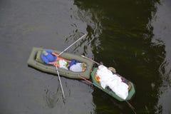 Υπόλοιπο μεσημβρίας σε μια βάρκα στο νερό στοκ φωτογραφία με δικαίωμα ελεύθερης χρήσης