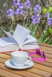Υπόλοιπο με ένα βιβλίο στο θερινό κήπο Στοκ Εικόνες