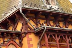 Υπόλοιπο περιστεριών στη στέγη ενός κτηρίου Στοκ φωτογραφία με δικαίωμα ελεύθερης χρήσης