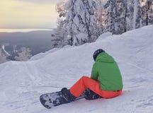 Υπόλοιπο πριν από την κάθοδο από το βουνό σε ένα σνόουμπορντ Snowboarding - κάθοδος από τις χιονισμένα κλίσεις και τα βουνά στοκ εικόνες