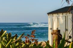 Υπόστεγο αποθήκευσης Lifeguard και υψηλά κύματα στην παραλία ηλιοβασιλέματος, Oahu, Χαβάη στοκ εικόνα με δικαίωμα ελεύθερης χρήσης