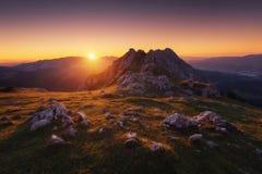 Υπόστεγο στη σειρά βουνών Urkiola στο ηλιοβασίλεμα Στοκ Φωτογραφίες