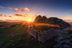 Υπόστεγο στη σειρά βουνών Urkiola στο ηλιοβασίλεμα Στοκ φωτογραφίες με δικαίωμα ελεύθερης χρήσης