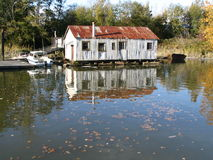 υπόστεγο όχθεων ποταμού Στοκ φωτογραφία με δικαίωμα ελεύθερης χρήσης