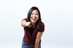 Υπόδειξη γυναικών γέλιου ζωηρή νέα Στοκ εικόνες με δικαίωμα ελεύθερης χρήσης
