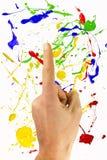 Υπόδειξη του χρωματισμένου ona υποβάθρου χεριών Στοκ φωτογραφία με δικαίωμα ελεύθερης χρήσης