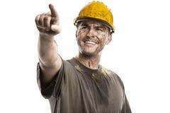 Υπόδειξη του νέου βρώμικου ατόμου εργαζομένων με το σκληρό κράνος καπέλων Στοκ εικόνα με δικαίωμα ελεύθερης χρήσης