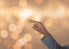 Υπόδειξη χεριών γωνιακή με το λαμπιρίζοντας ελαφρύ υπόβαθρο bokeh Στοκ Φωτογραφία