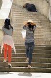 Υπόλοιπα επαιτών στα σκαλοπάτια μιας εκκλησίας Στοκ φωτογραφίες με δικαίωμα ελεύθερης χρήσης
