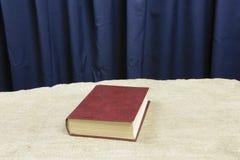 Υπόλοιπα καφετιά βιβλίων σε έναν γκρίζο πίνακα Στοκ φωτογραφία με δικαίωμα ελεύθερης χρήσης