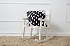 Υπόλοιπα μαξιλαριών σε μια λικνίζοντας καρέκλα στο children& x27 δωμάτιο του s Στοκ φωτογραφίες με δικαίωμα ελεύθερης χρήσης