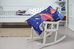 Υπόλοιπα μαξιλαριών σε μια λικνίζοντας καρέκλα στο children& x27 δωμάτιο του s Στοκ φωτογραφία με δικαίωμα ελεύθερης χρήσης