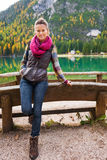 Υπόλοιπα οδοιπόρων γυναικών στην άκρη της λίμνης Bries με το ρόδινο μαντίλι στοκ εικόνες με δικαίωμα ελεύθερης χρήσης