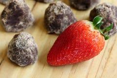 Υπόλοιπος κόσμος της βιομηχανίας ζαχαρωδών προϊόντων - τρούφα και φράουλα σοκολάτας Στοκ φωτογραφία με δικαίωμα ελεύθερης χρήσης