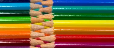 Υπόλοιπος κόσμος της ζωηρόχρωμης διαταγής ουράνιων τόξων μολυβιών σχετικά με τον ξύλινο πίνακα Στοκ Φωτογραφίες