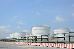 Υπόλοιπος κόσμος των μεγάλων άσπρων δεξαμενών για τη βενζίνη και το πετρέλαιο στοκ φωτογραφίες