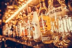 Υπόλοιπος κόσμος των μπουκαλιών του οινοπνεύματος σε έναν φραγμό ή ένα εστιατόριο Στοκ Φωτογραφία