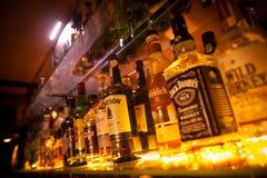 Υπόλοιπος κόσμος των μπουκαλιών του οινοπνεύματος σε έναν φραγμό ή ένα εστιατόριο Στοκ Εικόνα