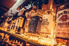 Υπόλοιπος κόσμος των μπουκαλιών του οινοπνεύματος σε έναν φραγμό ή ένα εστιατόριο Στοκ φωτογραφίες με δικαίωμα ελεύθερης χρήσης