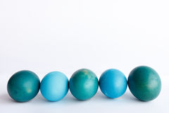 Υπόλοιπος κόσμος των μπλε αυγών Πάσχας ombre που απομονώνεται στο άσπρο υπόβαθρο Στοκ φωτογραφία με δικαίωμα ελεύθερης χρήσης