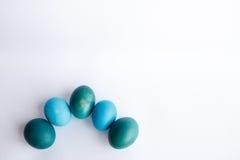 Υπόλοιπος κόσμος των μπλε αυγών Πάσχας ombre που απομονώνεται στο άσπρο υπόβαθρο Στοκ Εικόνες