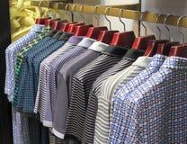 Υπόλοιπος κόσμος των μπλουζών που κρεμούν στο κατάστημα για την πώληση Στοκ Εικόνα
