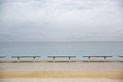 Υπόλοιπος κόσμος των πάγκων δίπλα στη θάλασσα μπλε νεφελώδης ουρανός κενό διάστημα αντιγράφων Στοκ φωτογραφία με δικαίωμα ελεύθερης χρήσης