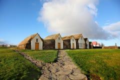 Υπόλοιπος κόσμος των παραδοσιακών σπιτιών τύρφης σε Gaumbaer Ισλανδία Στοκ Εικόνες