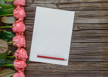 Υπόλοιπος κόσμος των ρόδινων τριαντάφυλλων, των κιβωτίων και του μολυβιού με το έγγραφο Στοκ φωτογραφία με δικαίωμα ελεύθερης χρήσης