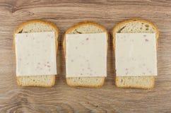 Υπόλοιπος κόσμος των σάντουιτς με το τυρί στον ξύλινο πίνακα Στοκ φωτογραφία με δικαίωμα ελεύθερης χρήσης