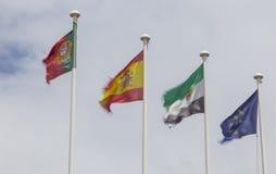 Υπόλοιπος κόσμος των σημαιών από ο αέρας που κυματίζουν πέρα από τον άσπρο νεφελώδη ουρανό Στοκ Φωτογραφία