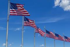 Υπόλοιπος κόσμος των σημαιών και του μπλε ουρανού Στοκ εικόνα με δικαίωμα ελεύθερης χρήσης