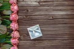 Υπόλοιπος κόσμος των τριαντάφυλλων με το διάστημα κιβωτίων και αντιγράφων δώρων Στοκ Εικόνες