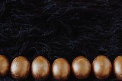 Υπόλοιπος κόσμος των χρυσών αυγών Πάσχας στο Μαύρο Στοκ φωτογραφία με δικαίωμα ελεύθερης χρήσης