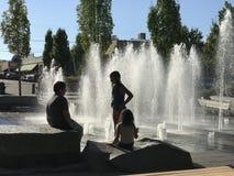 Υπόλοιπο παιδιών κατά τη διάρκεια της πηγής παιχνιδιού δημόσια τον Ιούλιο, Όρεγκον Στοκ Εικόνες