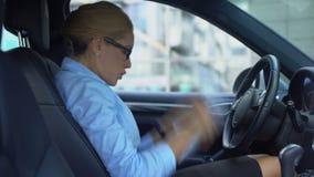 Υστερική επιχειρηματίας που ελέγχει τις εκθέσεις, που ρίχνουν τα έγγραφα από το αυτοκίνητο, χιούμορ φιλμ μικρού μήκους