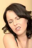 Δυστυχισμένη τονισμένη ταϊσμένη επάνω νέα γυναίκα που κοιτάζει στον πόνο Στοκ Φωτογραφία