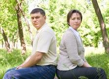 Δυστυχισμένο ζεύγος στο θερινό πάρκο Έκφραση και μορφασμός προσώπου Στοκ εικόνα με δικαίωμα ελεύθερης χρήσης