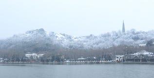 Δυτική λίμνη (xihu) σε Hangzhou της Κίνας το χειμώνα μετά από το χιόνι Στοκ Φωτογραφία