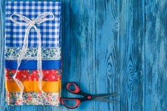 Υφάσματα βαμβακιού για το ράψιμο, τη δαντέλλα και τα εξαρτήματα για τη ραπτική ο Στοκ φωτογραφίες με δικαίωμα ελεύθερης χρήσης