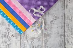 Υφάσματα βαμβακιού για το ράψιμο, τη δαντέλλα και τα εξαρτήματα για τη ραπτική ο Στοκ φωτογραφία με δικαίωμα ελεύθερης χρήσης