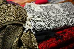 Υφάσματα βαμβακιού και λινού μεταξύ των στάβλων στα bazaars στοκ φωτογραφία με δικαίωμα ελεύθερης χρήσης