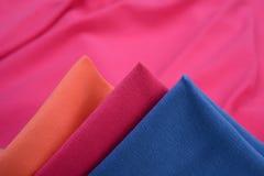 Υφάσματα τρία διαφορετικά χρώματα που γίνονται με από την ίνα βαμβακιού Στοκ φωτογραφίες με δικαίωμα ελεύθερης χρήσης