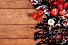 Υφάσματα boho και χίπηδων ύφους, βραχιόλια, περιδέραια, κεράσι και φράουλα στοκ εικόνες