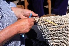 Υφαίνοντας δίχτυα του ψαρέματος στο υπαίθριο μουσείο Zuiderzee, οι Κάτω Χώρες Στοκ φωτογραφία με δικαίωμα ελεύθερης χρήσης