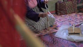 Υφαίνοντας μηχανή - οικιακή ύφανση - χρήση για την ύφανση των παραδοσια απόθεμα βίντεο