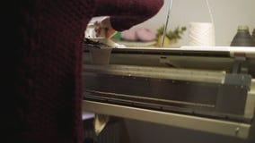 Υφαίνοντας ύφασμα στη μηχανή αργαλειών Χειρωνακτικός πλέκοντας εξοπλισμός φιλμ μικρού μήκους